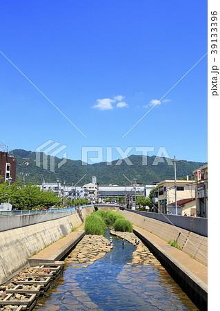 初夏の都賀川と水遊びの親子、神戸市灘区にて 39133396