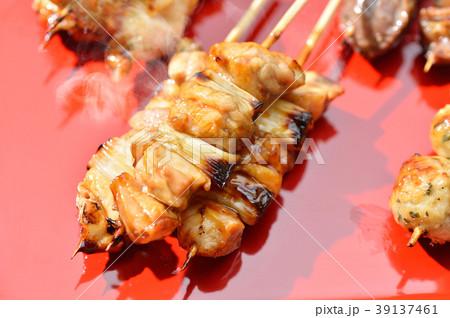 焼鳥(ヤキトリ、串焼き)の盛り合わせイメージ。ねぎま、つくね、焼鳥(鶏肉)、砂肝。焼物イメージ。 39137461
