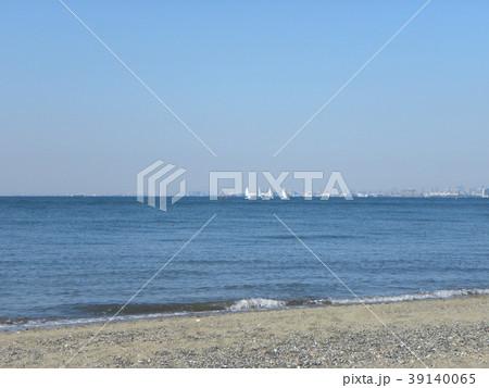 稲毛海岸の白い波と青い海 39140065