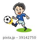 ドリブルをするサッカー選手のイラスト素材 39142750