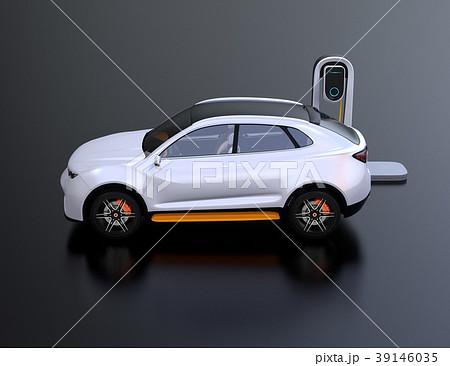 急速充電ステーションに充電している電動SUVの側面イメージ 39146035