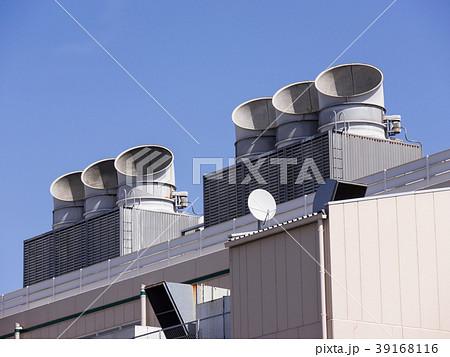 ビル屋上の大型エアコン室外機 39168116