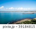 セントマイケルズマウントの上から見える青い海と青い空と遠くに見える小山 39184815
