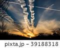 夕日の飛行機雲 39188318