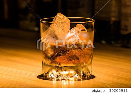 ウイスキーのロック バーカウンターにて 39206911