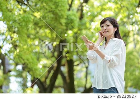 音楽を聴く女性 新緑 39220927