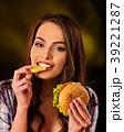ハンバーガー バーガー 女性の写真 39221287