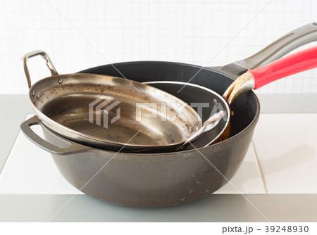 汚れがこびりついたフライパンと鍋 焦げ付き 燃やさないゴミ 分別ごみ 油汚れ 39248930
