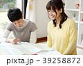 旅行を計画する親子 39258872