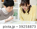 旅行を計画する親子 39258873