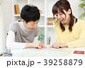 旅行を計画する親子 39258879