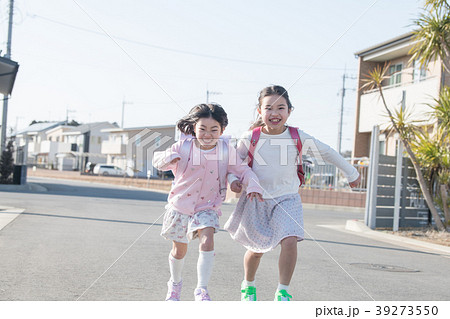 登校する小学生2人姉妹 39273550