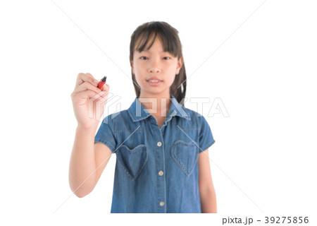 Asian girl writing with a pen. fogus a pen 39275856