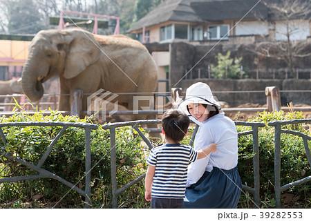 動物園で楽しむ親子 39282553