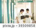 廊下を歩く看護師 39309858