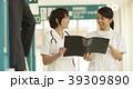 廊下を歩く看護師 39309890