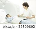 CTスキャンを受ける男性 39309892