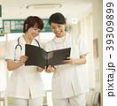 廊下を歩く看護師 39309899