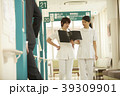 廊下を歩く看護師 39309901