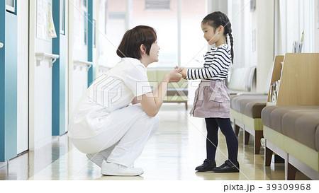 病院 女の子と看護師 39309968