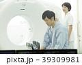CTスキャンを受ける男性 39309981