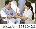 病院 車椅子 シニア男性 39310428