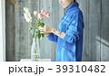 花を活ける女性 39310482