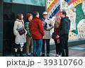 観光ツアーに参加する外国人観光客 39310760