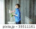 花を活ける女性 39311161