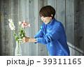 花を活ける女性 39311165