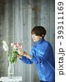 花を活ける女性 39311169