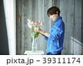 花を活ける女性 39311174