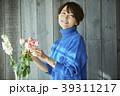 花を活ける女性 39311217