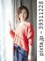 女性 アジア人 窓の写真 39311228