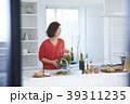 女性 キッチン 台所の写真 39311235