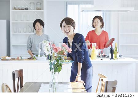 料理をする女性 39311257
