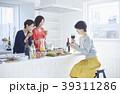 友達と食事をする女性 39311286