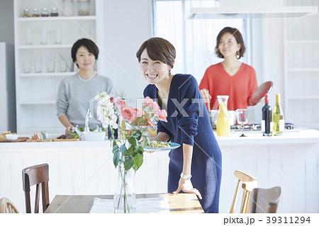 料理をする女性 39311294