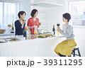 女性 キッチン 台所の写真 39311295