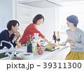 友達と食事をする女性 39311300