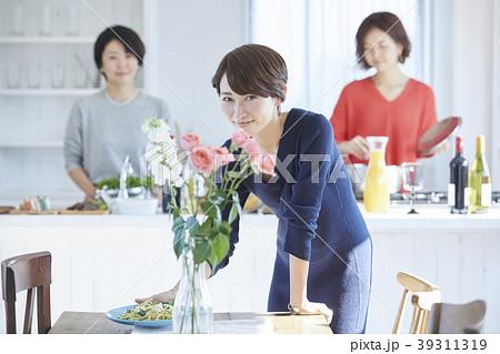 料理をする女性 39311319