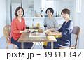 友達と食事をする女性 39311342