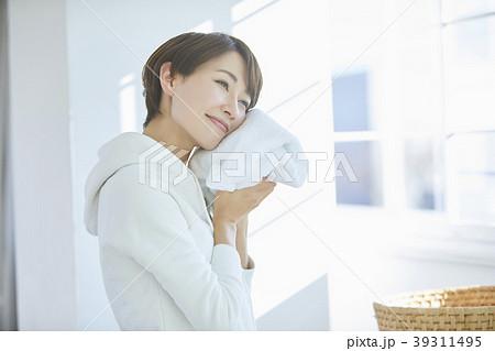 洗濯をする女性 39311495