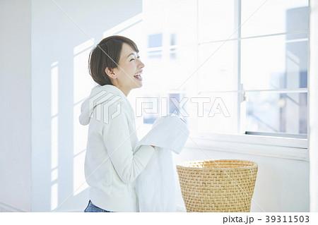 洗濯をする女性 39311503