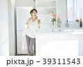 女性 ライフスタイル キッチンの写真 39311543