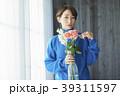 花を活ける女性 39311597