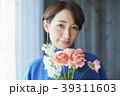 花を活ける女性 39311603