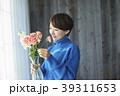 花を活ける女性 39311653