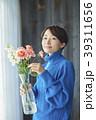花を活ける女性 39311656