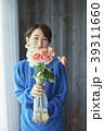 花を活ける女性 39311660